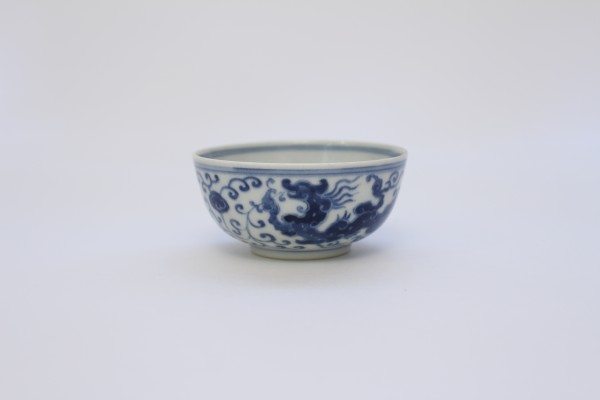 A blue and white dragon cup (Yongzheng mark and period)