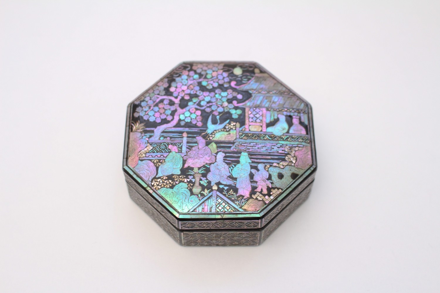 A mother-of-pearl inlaid lacquer box and cover (17th-18th century)