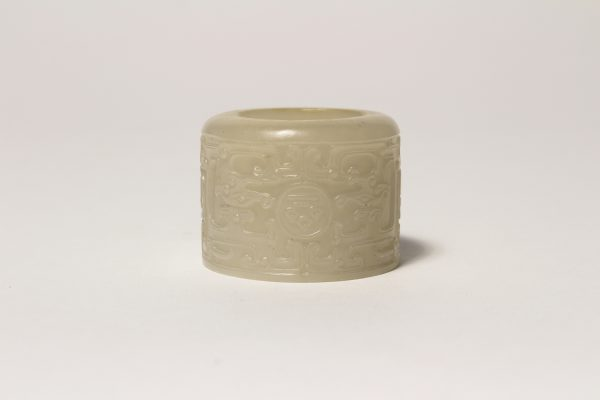 A finely carved jade archer's ring with archaistic decoration (Qianlong period)