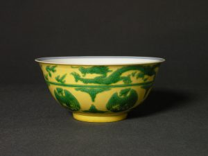 A fine green and yellow-enamelled 'dragon and phoenix' bowl (Kangxi mark and period) - 15.9cm diameter, 6.7cm height
