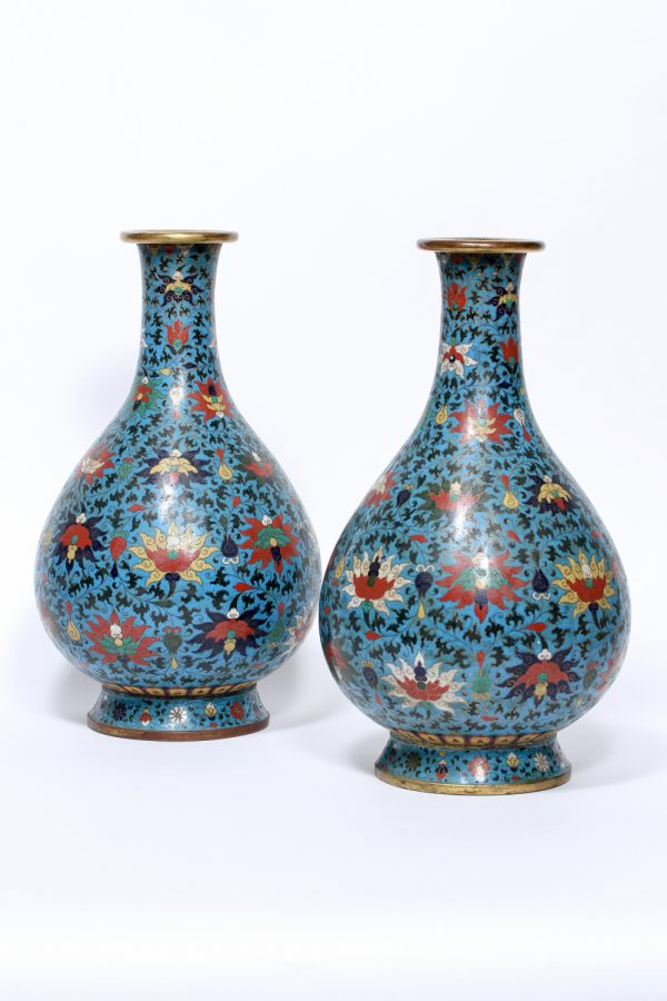 A pair of large cloisonné enamel pear-shaped bottle vases (Qing dynasty, 18th-19th century)
